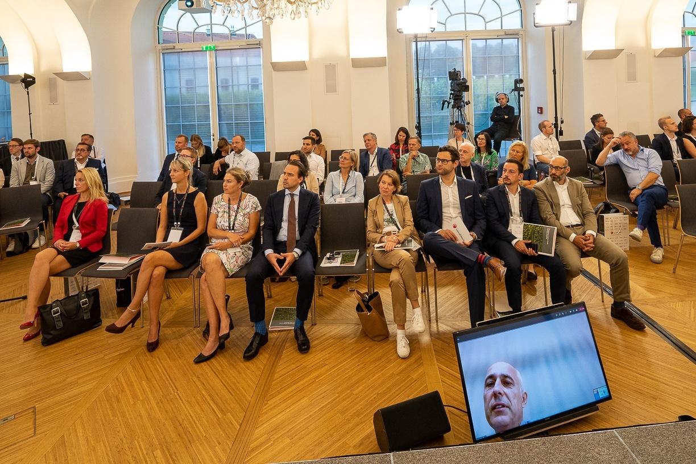 Virtueller Vortrag von Klaus Moosmayer (am Bildschirm rechts unten), © LexisNexis/ Fotograf: Sascha Janak