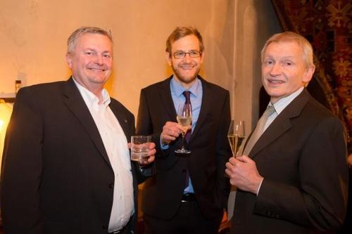 Die Lehrgangsleiter Rudolf Schwab (Telekom Austria, links), Armin Toifl (ATCons, rechts) mit Klaus Putzer (LexisNexis, Redakteur Compliance Praxis), © Rauchenberger